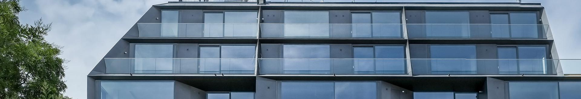 Blok segmentowy w nowoczesnej zabudowie z tarasem